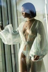 La cantante de Barbados, además de lanzar su línea de medias y calcetines, también presenta su nuevo video, del tema 'Needed Me'. Sus fans la podrán admirar enfundada en un simple vestido de gasa blanco, con unas transparencias con las que la cantante muestra tanto sus senos como su trasero. En la producción, de poco […]