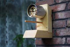 Dit pindakaashuis is vrij eenvoudig te maken en je maakt de vogels er heel blij mee.