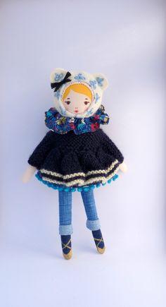 Mademoiselle dimanche porte un pull à basque, un col colombine, une tunique à pompons et un pantalon slim... à suivre!
