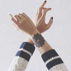 Tatouage de Femme  Les plus beaux tatouages Phrase ! Tatouage femme Mandala  Dotwork sur Poignet