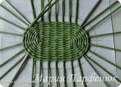 El tejido de los hojaldres periodísticos. Como tejer el fondo oval para el canastillo. Recycle Newspaper, Arts And Crafts, Paper Crafts, Basket Weaving, Wicker, Rattan, Garden Tools, Recycling, Crafty