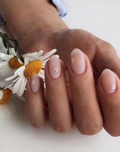Daisy Nails, Flower Nails, Nails With Flower Design, Nail Art Flowers, Daisy Nail Art, Pastel Nail Art, Flower Nail Designs, Short Nail Manicure, Finger