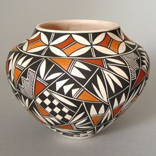 Acoma Pottery - Presenting both traditional and contemporary pottery by Acoma artists. Native American Baskets, Native American Pottery, Native American Art, Pottery Painting Designs, Pottery Designs, Navajo Art, Arte Tribal, Pueblo Pottery, Bottle Painting