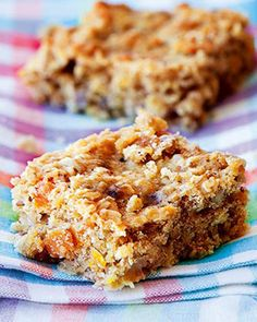 This banana flapjack recipe is packed with oats to keep you fuller for longer and makes an easy low calorie treat. Banana Flapjack, Healthy Flapjack, Tray Bake Recipes, Cake Recipes, Dessert Recipes, Dessert Healthy, Pastry Recipes, Healthy Snacks, Sweets