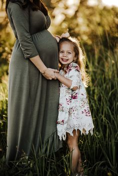Outdoor Maternity Pictures, Couple Maternity Poses, Maternity Photo Outfits, Maternity Studio, Family Maternity Photos, Maternity Portraits, Couple Pregnancy Photoshoot, Maternity Session, Mother Daughter Maternity