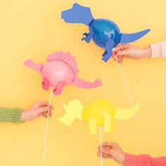 Mini varas de balão de dinossauro (Oh, feliz dia!) - :Basteln am Kindergeburtstag - Festa Dinosaur Birthday Party, 3rd Birthday Parties, Birthday Ideas, Dinosaur Party Favors, Dinosaur Birthday Invitations, Kid Parties, Festa Jurassic Park, Die Dinos Baby, Dinosaur Balloons