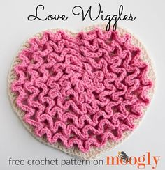 Make this cute heart trivet with Lion Brand Kitchen Cotton! Perfect for Valentine's Day - get the free crochet pattern on mooglyblog.com!