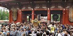宝蔵門の神輿 三社祭、浅草