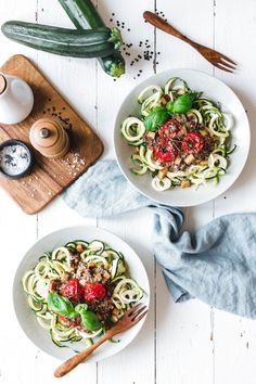 Zoodles with lentil bolognese & oven tomatoes - Dinner Recipes Lentil Recipes, Vegan Recipes, Vegan Meals, Cooking Zoodles, Whole Food Recipes, Dinner Recipes, Lentil Bolognese, Bastilla, Fitness Foods