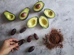 Det här är en chokladmousse gjord på dadlar, kakao och avokado som du enkelt slänger ihop när du blir sugen på choklad. Fantastiskt gott!
