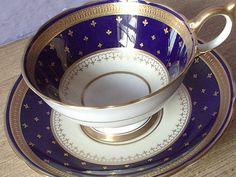 ロイヤルウェディングエインズレイ ゴールド フルール ・ ド ・ リス ティー カップとソーサー、青いティーカップ、紅茶カップ、青および金のボーン チャイナ ティーカップの骨董品、アンティークのティーカップ