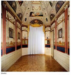 Gabinetto d'Amore  Come già la Galleria di Achille, anche il boudoir è progettato nella sua totalità, smussando agli angoli il parallelepipedo di partenza per ottenere uno scrigno ottagonale reso grazioso da una decorazione che lo riveste per intero. Alle pareti, le architetture esilissime con i riquadri sotto vetro ad accentuare il trompe-l'oeil, sono citazioni dal quarto stile pompeiano.