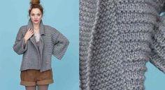De forme large et confortable, cette veste est tricotée en point fantaisie. Les devants réalisés en point mousse se croisent en prolongement du col. La veste est fermée par deux pressions. ...