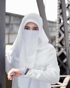 Image may contain: one or more people and closeup Niqab Fashion, Muslim Fashion, Fashion Muslimah, Girl Fashion, Fashion Outfits, Hijabi Girl, Girl Hijab, Hijab Outfit, Beautiful Muslim Women