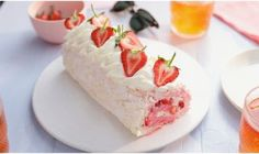 Recipe with video instructions: We've combined a pavlova and a swiss roll to make your ultimate fruity dessert! This strawberry meringue roll is a sure crowd pleaser! Pavlova, Cut Recipe, Rolls Recipe, Summer Fruit, Summer Desserts, Twisted Recipes, Twisted Food, Vegan Cuts, Fruit Roll
