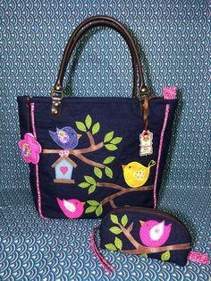 Bolsa confeccionada em jeans, estruturada com manta resinada e forro de algodão, bolsos internos.  Bolso atrás com zíper. O frechamento da bolsa é com ziper.  Aplicações bordadas na frente e no bolso de trás.  Bolsinha para óculos, com zíper.  Medida aproximada da bolsa: 35 x 35 x 12 cm (profundi... Handmade Fabric Bags, Handmade Purses, Felt Patterns, Bag Patterns To Sew, Owl Bags, Creative Bag, Diy Purse, Patchwork Bags, Denim Bag