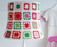 Fuente: http://soaring-imagination.tumblr.com/post/46746633388/crochet-lamp-shade
