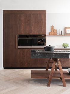 An incredible modern, sophisticated kitchen made from one of the most traditional materials, walnut timber. Kitchen Interior, New Kitchen, Kitchen Decor, Interior Modern, Rustic Kitchen, Kitchen Ideas, Interior Design, Walnut Kitchen Cabinets, Engineered Oak Flooring