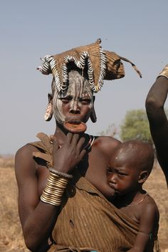 African Culture, African History, Nursing Mother, African Beauty, Mothers Love, Mother And Child, People Around The World, Baby Wearing, Breastfeeding