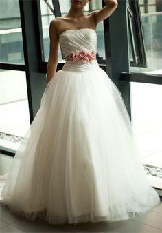 Sabemos que ya se ha dicho muchas veces, pero insistimos, en la sencillez está la elegancia 2 #bodas #vestido #sencillez #elegancia #novia #estilo #tendencias Via: weddings-and-stuff
