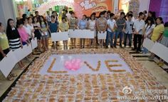 LOOK: Chinese Man Proposes to Girlfriend With 1,001 Hot Dogs