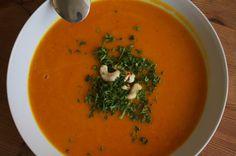 Super lecker, vegan und dazu sehr leicht und kalorienarm. Viel Spaß mit dieser tollen Kürbissuppe!