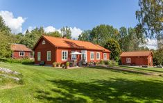 Minienergihus i 1800-talsstil - XNvillan Swedish Style, Swedish House, Exterior Design, Interior And Exterior, Orange House, Red Cottage, Red Roof, House In The Woods, House Painting