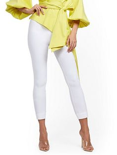 Petite Fashion, Womens Fashion, Classy Fashion, Capri Pants Outfits, Jeans For Tall Women, Slim Legs, Fit Women, White Jeans, York