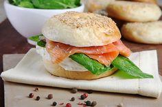 Bagels de salmón, queso crema y espinacas