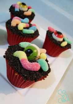 DIY-Spooky-Cupcakes Halloween cupcakes (Halloween cupcake ideas for decorating cupcakes in cute and fun ways for scary and spooky Halloween parties. Best Halloween Ideas to try Halloween Desserts, Halloween Cupcakes, Spooky Halloween, Bolo Halloween, Postres Halloween, Halloween Eyeballs, Holiday Cupcakes, Halloween Goodies, Halloween Food For Party