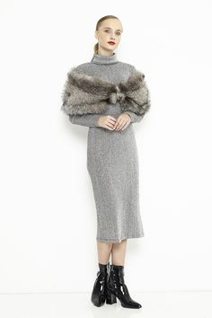 An imposing inspiring luxury accessory that can be ordered in three colors: black, white or silver. Fur Cape, Fox Fur, Coats For Women, Fall Winter, Feminine, Black And White, Elegant, Luxury, Wedding Dresses