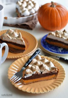 Nutella Pumpkin S'mores Tart - the perfect combination of crunchy, creamy, and toasty. bethcakes.com