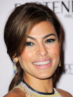Eva Mendes - TWO-TONE EYES: GREEN After lining the top lid in black pencil, use Sephora Jumbo Liner 12HR Wear Waterproof in Green (it's very easy to apply) to draw a very thin line along the bottom lashes—the color looks especially gorgeous on brown or hazel eyes.