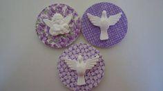 tecidos variados imã no verso, placa de mdf com tecido, aplique de resina - espirito santo (outros apliques anjinho,coroa,flor de liz,lacinho)  tecidos variados   kit - embalagem - saquinho celofane,fitinha de cetim  etiqueta personalizado no verso - R$ 0,99 cada LINK KIT EMBALAGEMhttp://www.elo7.com.br/kit-embalagem/dp/249E97 R$ 3,70