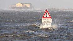 Wetternews: Schwerer Winterorkan droht - Sturmflutgefahr an der Nordsee - WetterOnline Winter, Stilt House, North Sea, Winter Time, Winter Fashion
