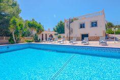 Gehele woning/appartement in Calpe, Spanje. Grote en klassieke villa in Calpe, aan de Costa Blanca, Spanje met privé zwembad voor 12 personen. De villa ligt in een heuvelachtige, landelijke en residentiële omgeving en op 2 km van het strand van Playa Arenal.   De villa heeft 6 slaapkamers e...