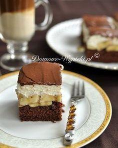 Lekkie ciasto o kakaowym spodzie, z dużą ilością bananów i lekkim, mało słodkim, kremem serowym. Całość pokryta polewą czekoladową.