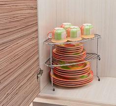 Deixe a sua cozinha com mais estilo, bonita e organizada. ORGANIZADOR DE CANTO COMPONÍVEL. O organizador de canto componível aramado é ideal para proporcionar organização no armário e manter as louças em segurança, bem como aumentar o tamanho dos espaços do armário, pois cria uma prateleira que permite o armazenamento dos produtos em espaços antes não ocupados. Tem a possibilidade de empilhamento. Desta forma você pode compor níveis. Seu formato faz com que seja possível aproveitar…