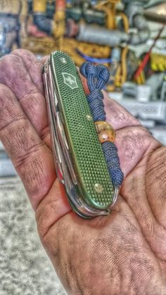 Victorinox Pocket Knife, Victorinox Knives, Edc Essentials, Diy Knife, Outdoor Tools, Edc Tools, Knives And Swords, Survival Knife, Swiss Army Knife