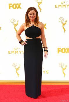 Amy Poehler escolheu vestido preto com recortes da grife Michael Kors para o Emmy Awards 2015, neste domingo, 20 de setembro de 2015