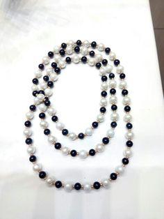 Collar largo de perlas blancas y negras de cristal con rocalla dorada