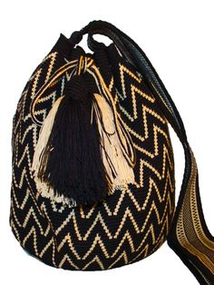 Not all mochilas Wayuu are made the same !The difference in beauty and durablility between ours and the rest is immense !We collaborate with the Wayuu tribe to Tapestry Crochet Patterns, Crochet Art, Tribal Patterns, Beading Patterns, Crochet Accessories, Fashion Accessories, Mochila Crochet, Salina Cruz, Tapestry Bag