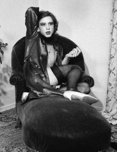 Luciano Castelli, Self-portraits (1973-1986) à la maison européenne de la photographie. Auf Rotem Sofa, 1973. © Luciano Castelli