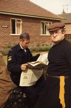 Dad's Army stars series relaxing on set in never-before-seen photos British Comedy, British Actors, Dad's Army, Keeping Up Appearances, Classic Comedies, Comedy Tv, Old Tv Shows, Vintage Tv, Comedy Central