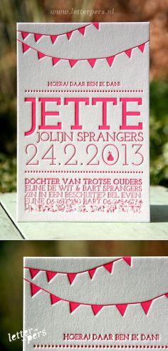 letterpers_letterpress_geboortekaartje_Jette_vlaggetjes_peer_fluor_neon_roze