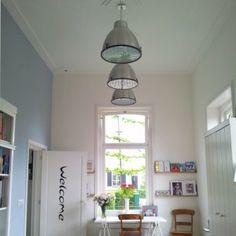 Lámpara colgante ANTEROS 38 aluminio Lámpara colgante de estilo industrial. Con pinzas de metal grandes que sostienen una placa de vidrio esmerilado, en la parte inferior de la lámpara para dar una mejor iluminación.