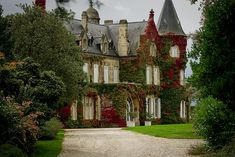 Lascombe Castle  In Medoc country, each wine production is made by a castle. Most of them were built during the 19th century, sometimes in the end of the 18th. All are luxuous mansions. For few of them, family still live inside, since generations, and for less fortunate who sold their castle, they are not habited, and remain like a window of the past.