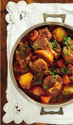 Sit dié bredie voor op rys, krummelpap of stampmielies. Lamb Recipes, Meat Recipes, Indian Food Recipes, Dinner Recipes, Cooking Recipes, Ethnic Recipes, Cooking Hacks, Oven Recipes, Curry Recipes