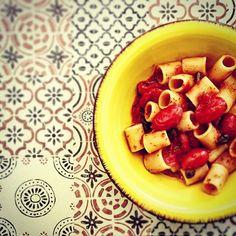 Reposting @animagolosa: Oggi è LIGHT, ma non per questo meno buono! Si riprende la DIETA! Ma sempre con GUSTO. LEGGI LE RICETTE SUL BLOG👉🏿WWW.ANIMAGOLOSA.IT 😋❤️💯🤘🏿🍷😉😜Due capperi, due datterini, uno spicchio d'aglio rosso è un filo d'olivo Evo . Ah, dimenticavo: 70g di pasta di Gragnano.  #ricette #ricettesane #ricettelight #ricetteitaliane #ricettedietetiche #sano #cibi #cibo #cibosano #mangiosano #verso_sud_foods #versosud #pictures #likeforlike #like4follow #instagram #instagood…
