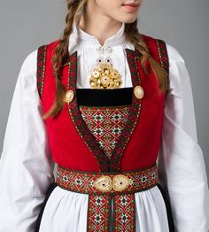 Bilderesultat for hardanger skaut Scandinavian Embroidery, Fabric Embellishment, Folk Clothing, Folk Embroidery, Ethnic Dress, Folk Costume, Costumes For Women, Traditional Dresses, Scandinavian Design